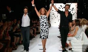 Diane Von Furstemberg durante la sfilata di New York dove le modelle indossavano i Google Glass