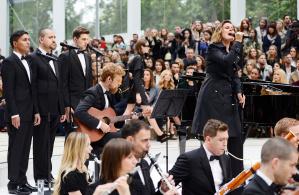esibizione live della cantante Alison Moyet durante la sfilata Burberry a Londra